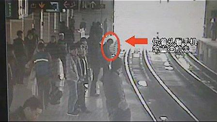地铁惊魂:女子走路看手机掉下站台