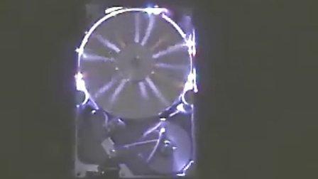 老外使用移动硬盘电机做的旋转LED时钟,酷了!