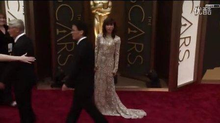《美国骗局》女演员现身红毯 卷福亮相记者疯狂