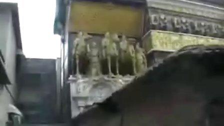 [拍客]民房建50铜像汉白玉墙被称最牛豪宅