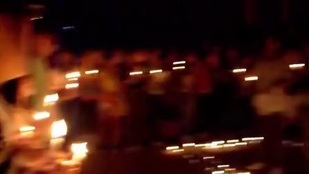 一群学生为四川烛光祈福!