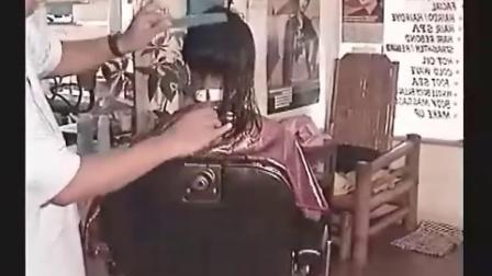 绝色美女剪长发剃板寸
