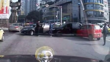 奥迪狂殴司机遭钢管还击
