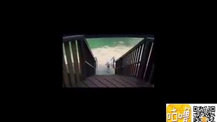 咩星人跟随主人玩滑梯