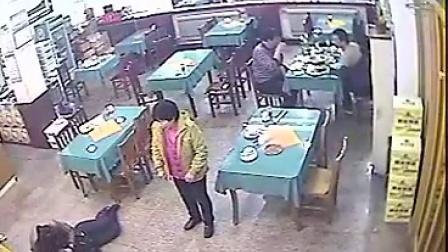 实拍家暴一幕女子遭老公摔倒地脚踹其身