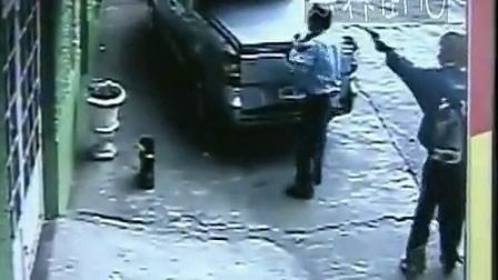 监控实拍:男子遭职业杀手当街一枪击头_标清