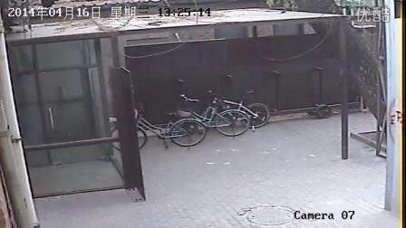 """史上最淡定的""""偷自行车的人""""   这个贼太淡定了 ......   中国  798"""
