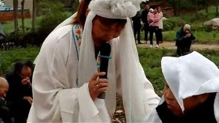 【拍客】湖北襄阳老人出殡陪哭女哭灵哭倒孝子一片