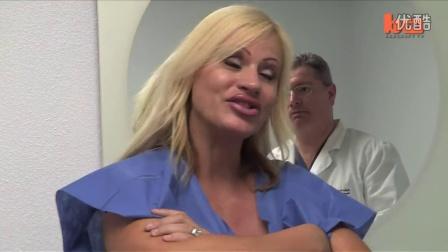 世界最大乳房的美女