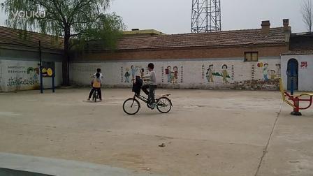 儿童自行车追逐赛