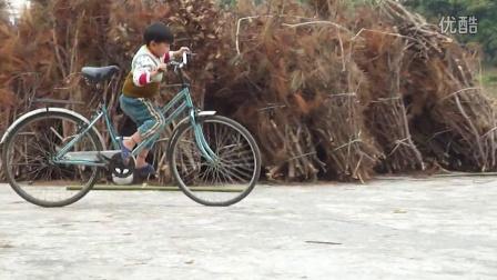 罗定四岁小孩骑自行车