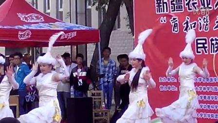 哈萨克姑娘跳哈萨克民族舞蹈