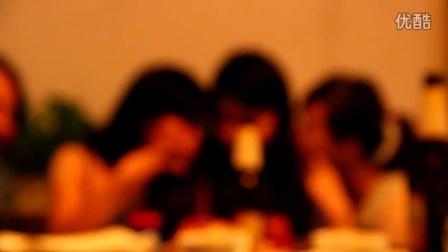 三个在饭桌上自拍的女人被对面的录象了~