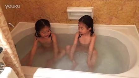 双胞胎的裸体秀