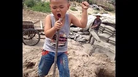 """4岁""""摇摆小歌神""""新疆工地唱歌照走红_高清"""