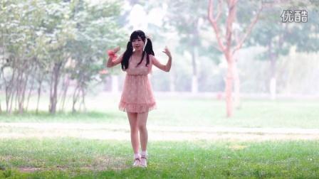 【小溪·2.5作】萌萌哒!《小苹果》波点连衣裙的小溪\(=^‥^)/