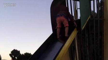 三岁小孩玩5米高滑梯