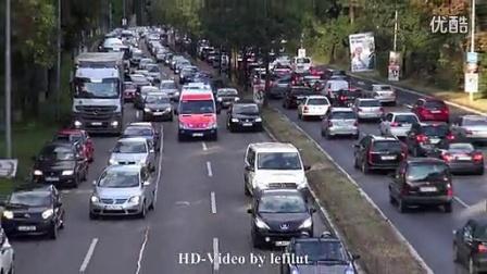 搞笑视频,国外驾车遇到救护车,救生通道瞬间开通,感动。