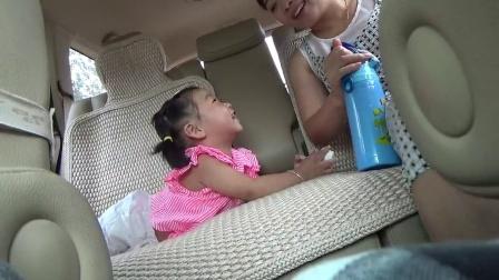 爸爸开车,我跟妈妈坐在后面