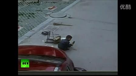 监控实拍失魂司机撞小孩