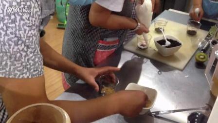 学员操作(甜品烘焙蛋糕点心培训学校)