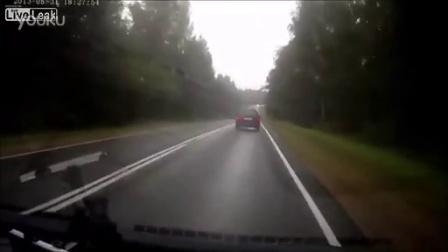 超车失误!实拍两车迎面暴力对撞