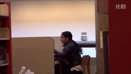 【粉红豹】笑尿了!外国超牛搞笑街头恶作剧:在图书馆里打屁!
