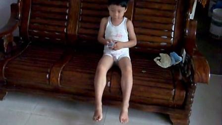 140811李俊利儿子李昀朔夏暑在客厅独自看电视景SI852386
