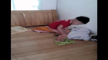 (爆笑)2岁儿童穿裤子 ,露出小JJ