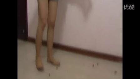 妹子赤足在地板故意踩死无数蛐蛐