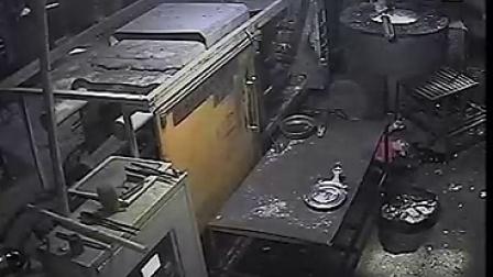 松岗9.16工伤?#24405;?#24405;像——压铸机夹爆头