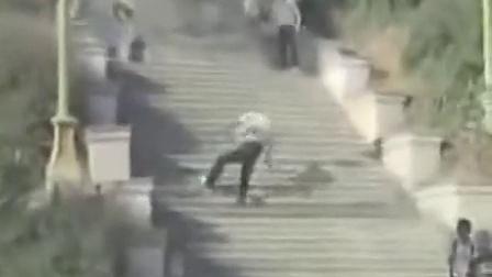 一段不可思议的影片《摔不死 撞不死的人》