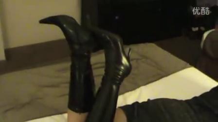 美女床上的性感原味长靴子