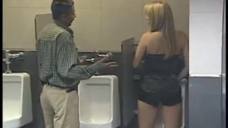 当美女出现在男厕所 女人站着尿尿吓坏男人