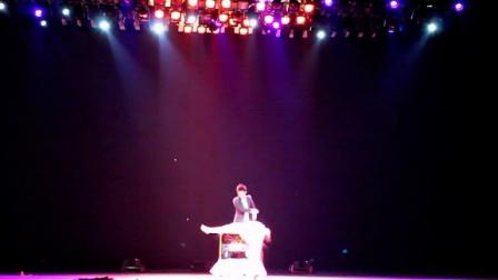 上海美女魔术师秀秀360度人体飘浮