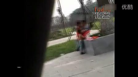 男女公园上演激情野战,孩子在一边一直拉扯就是不肯走