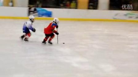 5岁冰球小子的漂亮进球