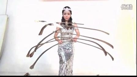 一根羽毛的重量美女平衡师表演