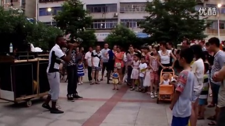 大学生BBOX助阵黑人艺人,4分17秒鬼步舞抢镜_高清