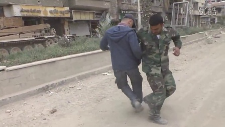 ANNA-安德烈与一名SAA士兵跳舞