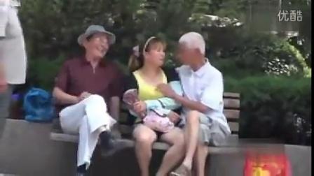 公园老头上演摸奶记