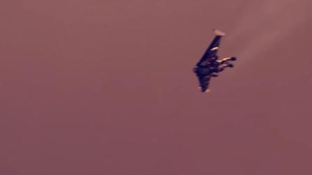 喷气翼火箭人与定翼机表演精彩空中特技(迪拜)