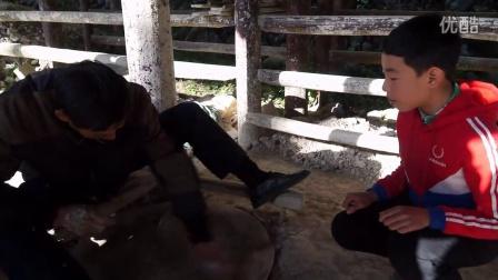 苍南县李颖艺术培训学校艺术团学员林丰介绍碗窑水碓以及制碗过程
