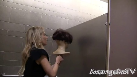 【发现最热视频】妹子太调皮了!男子厕所偷窥恶作剧