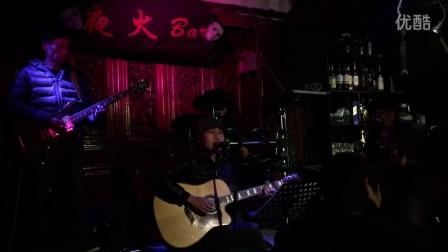 丽江夜火酒吧小峰的飘扬过海来看你,把美女唱哭了,什么情况………