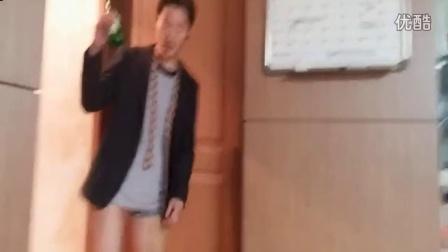 韩国帅哥当面对著室友尿尿