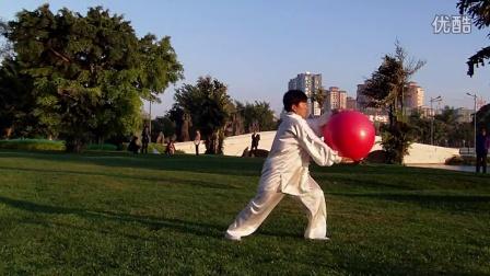 中国文化志愿者杨美华,在弥勒水上公园演练中华龙珠(我的中国心)