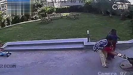 【华超】实拍恶犬疯狂撕咬女童 少年拼抢勇救妹妹