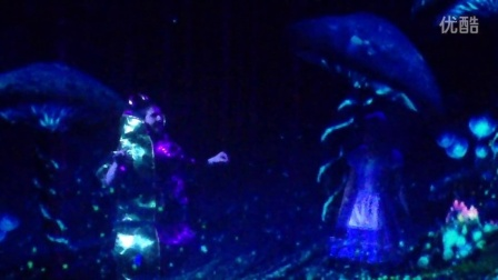 《爱丽丝梦游仙境》-毛毛虫大师和爱丽丝的对话