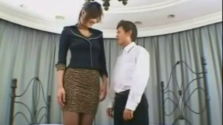 一個高大女人【tall girl】 try to kiss a short man